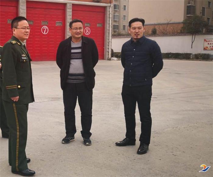 千赢国际qy88寒冬献温情 节前慰问消防兵