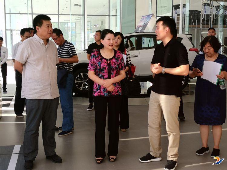 市政协副主席李海燕一行到新凤凰彩票网登陆新能源汽车城进行调研